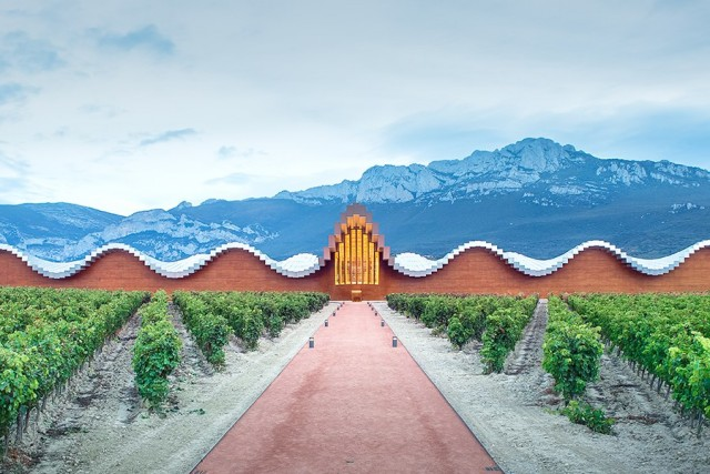 item0.rendition.slideshowHorizontal.best-designed-wineries-01-bodega-ysios-spain