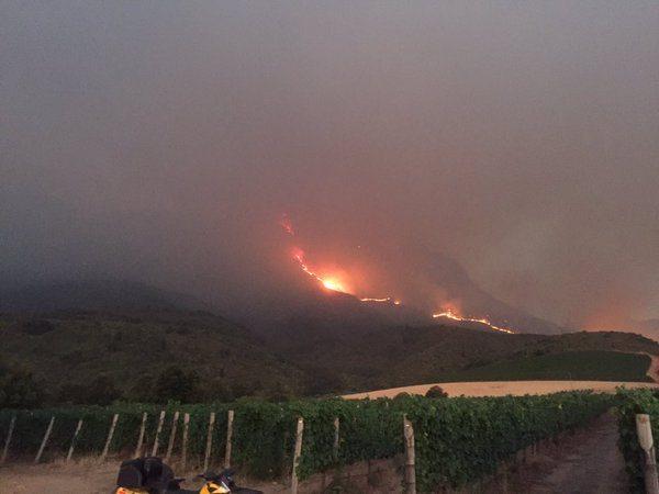 Fires on Simonsberg mountain encroach on the vineyards of Rustenberg Wines (Photo: Twitter)