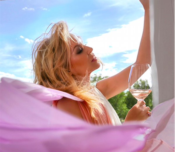 Kylie Minogue adds pink Prosecco to her wine range