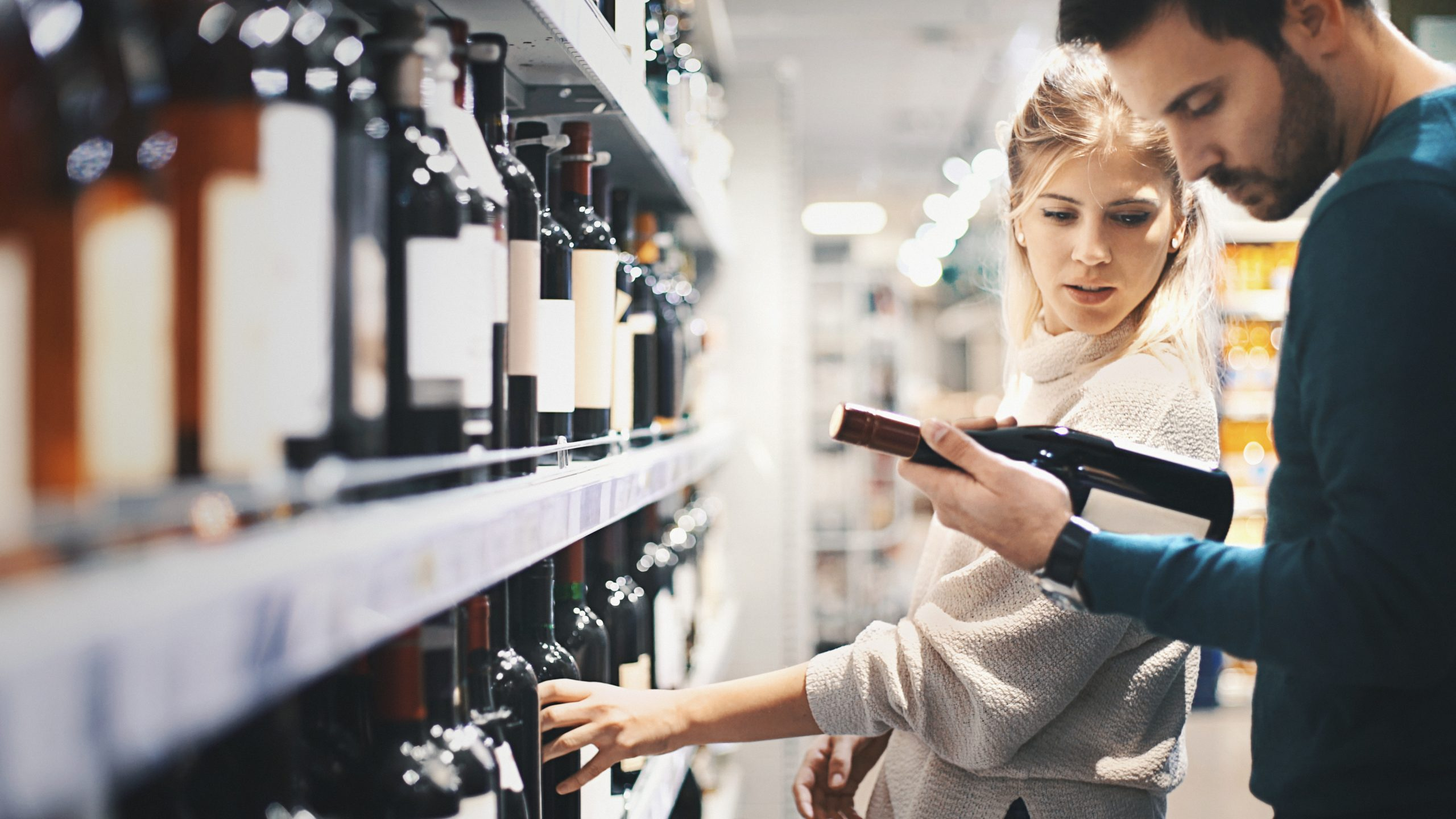 Couple buying some wine at a supermarket: Port brand Sogrape joins experimental electronic labelling project