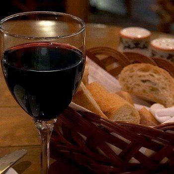 Red wine in an Italian restaurant (Photo: Wiki)